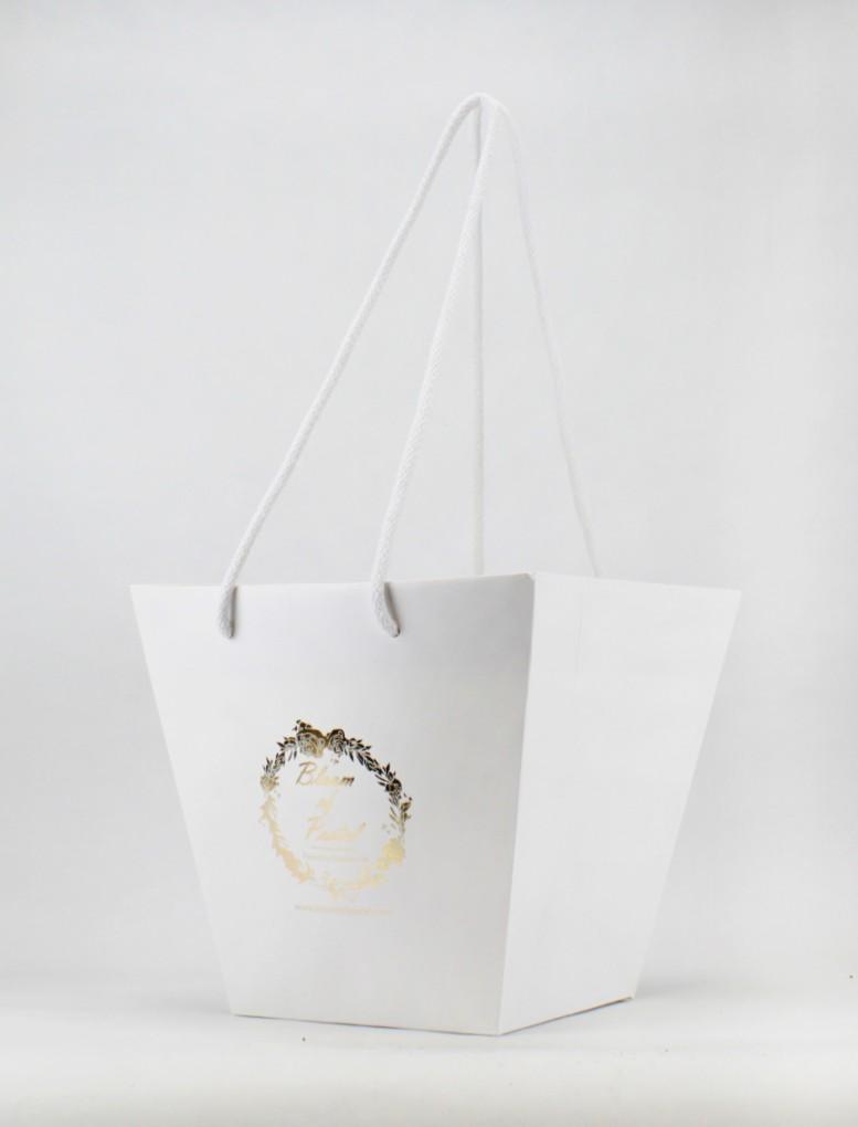 Format 23 x 25 x 16 cm - Papier couché blanc 170 grs  Avec Pelliculage Brillant- Poignées Cordelettes